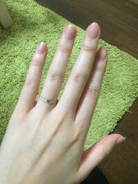 結婚指輪の幅、厚みについて。 ひとつだけピンクダイヤモンド(ハート形0.03ctのメレダイヤ)の入った結婚指輪をオーダー予定です。 華奢で可愛らしい感じの指輪にしたいです( ˙ᵕ˙ )  幅・厚み共に2.5mmのものを検討していますが、やはり分厚すぎますか...? ダイヤは埋め込んだデザインにしたいので、これくらいの厚みになってしまいます。 これだけ分厚いとやはりゴツくなってしまいますかね?...