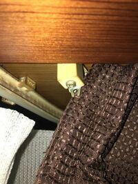 カーテンレールの部品が欲しい 汚い画像でごめんなさい。  カーテンレールの両端のストッパー?に付いている、カーテンフックをかける金具が壊れてしまいました。  ここを交換したいのですが、築30年経って古いタ...