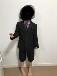子供のスーツの靴下の色で悩んでいます。  今週、入学式があるのですが 男の子のセット売りスーツは半ズボンしか売っていなく靴下の色で悩んでいます。 白か黒かネイビーどの色を履かせたら いいと思いますか...