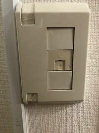 無線LANのルーター設置について。ワンルームに一人暮らしをしている者ですが、部屋がインターネット無料のため、Wi-Fiを繋ぎたいです。ルーターとLANケーブルを買ってきて、いざ設置しようと思ったのですが、穴とLAN ケーブルが合いませんでした。LANケーブルはスタンダードな形です。穴は写真のような感じです(電話機を繋ぐ用みたいな)。他にLANケーブルの穴を探しましたが見つかりませんでした。ネ...