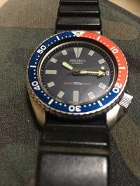セイコーダイバーウォッチについて教えて下さい 25年前後に多分香港の時計屋で買ったダイバーウォッチで、中途半端な150m防水で自動巻、 裏には波?ポイ模様の周りに 品番らしき「6309-729A」 と書いてあります  この腕時計についてわかる方、専門家の方詳細や、価値? などわかればご教授下さいませ