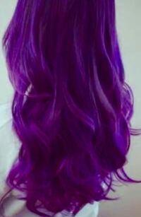めちゃくちゃ紫になった髪色をどうにかしたいです。 カラートリートメントで紫色にしました。 もう少し薄くするはずだったのですが、思いっきり濃い紫色になり、大阪のオバチャンみたいでイヤです。(下の写真を持つ少し青暗くした感じ) 薄くするなり、もっと黒っぽくするなりしてマシにしたいのですが、 美容院に行って失敗するのも美容師さんの好みの色にされるのも嫌ですし、ヘアカラーで髪が痛むのも避けたいです。...