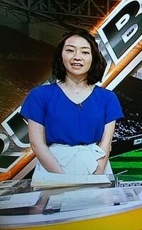サタデースポーツの副島萌生アナは青のトップスに白のリボン付きのスカートが可愛いです。
