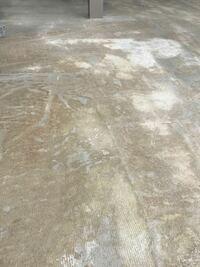 土間コンクリートの色ムラが気になってます。 養生マット?のアトなのかマダラで見栄えもよくありません。施工会社に確認したところ跡はなくなり真っ白になるとのことですが、二週間ほどたってもあまり変化がありません。  ムラを消し綺麗にする方法はありますか?