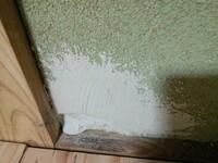 砂壁のパテ埋めに関して  今の古い砂壁の上から漆喰を塗るために、穴が空いているところをパテで埋めてみたのですが、塗った瞬間からパテがダラ~ンと垂れてきます。 こうなってしまう場合、どのような素材を用いて穴の空いた部分を埋めるのが一般的なのでしょうか?  (パテは、すでに練ってあるものを使用しております。) (少し乾かしてからも行ってみましたが、依然としてダラ~ンと垂れてきます。)...