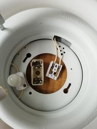 天井照明の配線について教えてください。  照明器具側が引掛シーリングに対応してないため、 変換パーツを購入して変更したいと思っています。  天井側の配線は注意が必要なことはわかった のですが、器具側はどちらに付けなければいけないとかありますか?  ご存知の方、アドバイスよろしくお願いいたします。