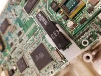 写真中央のCF3と書いてある 電話機のオンフックのスイッチは なんて言う部品名ですか? どこで買えますか? これと同じスイッチが欲しいのですが どなたか解りますか? むかしの東日本電 信電話株の マルチビジネスシステムα ACD99-591JPに使われているオンフック用基板スイッチです。