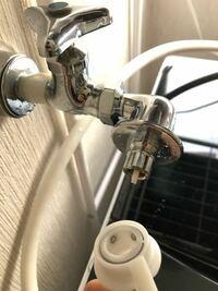 洗濯機の水栓について 画像のものはワンタッチ給水栓だと思われますが、ホースと繋いでも水が出ません。 何か他に部品が必要なのでしょうか。 蛇口を捻って蛇口から出ている白い棒を押すと勢い良く水が出るのは確認しました。