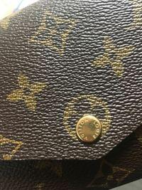 ルイヴィトンの直営店で購入しました。 金具の所がこんなにも傷ついているのは普通ですか??