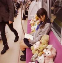 この写真の詳細はなんですか?(電車にぬいぐるみ大量) なんか、実際の迷惑行為じゃなくて何かの撮影と聞きました。