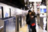 [遠距離恋愛 過去の 体験談をもとに質問] 私(東京) 彼女(名古屋)  毎回感じてたのですが、逢いに行った方が 帰りの別れ際辛いですよね? 名古屋でお別れ 新幹線のホームで(じゃあまたな)新幹線の扉が閉ま...
