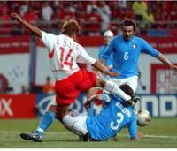 韓国人及び韓国メディアが日本 対 ポーランド戦を批判出来る立場ではない。ですよね? この写真、覚えてるだろうか? 日韓ワールドカップでの韓国の悪質プレーの数々、対戦相手の合宿地の前で深夜大騒ぎ問題。  h...