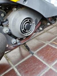 原付バイクオートバイ 1種原付を保有しているのですが(スズキレッツ4g)、マフラー部分が以上に熱くなります。下の長い棒みたいなところは赤さび状態です。原付は長年使っているとこうなる物な のでしょうか? ...