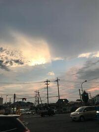 画面真ん中辺りの雲が断層のずれのようになっています。色もおかしくないですか?気象(雲)に詳しい方なぜこうなったのか教えてください。