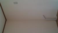 このコンセントの位置でエアコンは取り付け可能ですか? 窓側にコンセントが無い状態です。