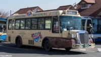 このバスのダミーのボンネットはトランクルームなのでしょうか。それとも単なる空洞ですか。後部にスリットが有るからベースはリヤエンジンです。