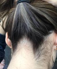 首辺りのうなじの毛?うぶ毛?多過ぎですか? いつもうなじまでは染めてないから暗いし、目立つ気が。。 皆さんどうですか? 美容師さんそこまでは染めないから、セルフで明るめに染めるべき ??