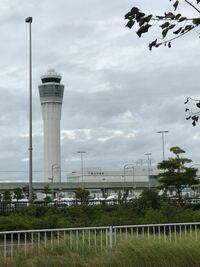 空港にある、この塔みたいな建物はどのようなものですか?