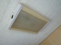 取り外し方を教えてください メーカーは分かりませんが天井に地下付けのタイプの照明器具です。1977年ころ新築時に取り付けられたものですが外し方が分かりません 横に押しても下に引いても動きません。 とりあ...