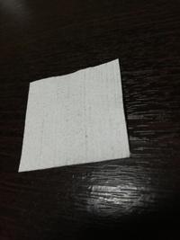 スマホの保護フィルムに貼るときに画面拭く用に画像のようなものがついてました。 これ指紋取れるのでたくさん常備したいです。100均とかで大サイズで売ってませんか?