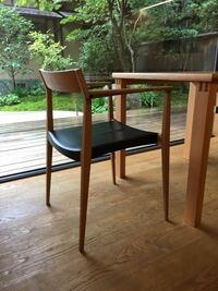 椅子や材料力学、建築に詳しい人、教えていただけますか。この椅子は、この形状なのになぜ強度があるのかとても不思議に感じます。 〈特徴〉 ①全体的にラインが普通の椅子より2回りくらい小さいが、特に脚の床に...