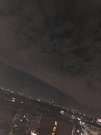 これって地震雲って呼ばれるやつですよね? 今日軽い地震が来てたんやけど、大きいのが来る前兆かな?  ほんまに来るかな?
