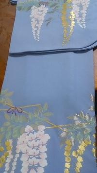 振袖の柄についての質問です。正絹、綸子、寿光織の薄い水色の振袖を購入しました。腰より低い位置と袖の下の方にに、美しい藤の花があしらわれております。 とてもシンプルで気に入ったのです が、成人式に着る...