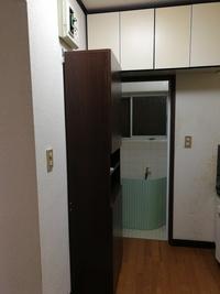 洗面台設置の為の水道管延長工事について、お分かりになる方教えてください。  戸建ての賃貸物件で、洗面台がありません。 無理やりですが、キッチンシンクの反対側の壁の所でお風呂場の真横 (脱衣場なし)に設置したいと考えています。 写真の食器棚を移動してその位置に設置。 お風呂場あるいはキッチンから水道管引き込むのにどの位の工事費が予想されるのでしょうか。  一社には口頭で引き込みが...