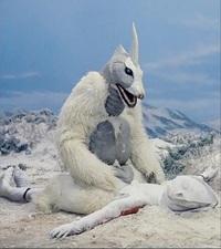 帰ってきたウルトラマンの「雪女怪獣スノーゴン」の紹介写真にはほとんど、スノーゴンがウルトラマンに馬乗りしている写真が使われています(このあとボコボコに殴られてバラバラにされるのは有名です)。 この写...