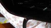 買ったばかりのバッグの縫い目から糸が出てます。気になるのですが、切ってもよいでしょうか?そのままのほうがよいですか?