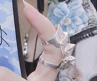 歌い手のゆきむら。さんがつけている指輪(?)はどこのものですか? ブランドを教えていただけると幸いです。