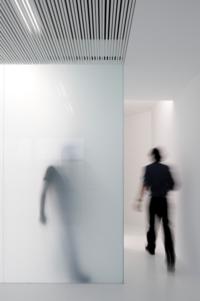アクリル板やガラスについて質問です。 画像のように、乳白色の半透明な素材で人物がシルエットになるようにするには、どの素材で厚さはどのくらい必要でしょうか?  アクリル板の乳白色 半透明を検討しています。
