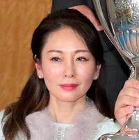 彼氏のお母さんがものすごい美人だったらどう思いますか? 写真は先日大相撲で優勝した貴景勝のお母様です。51歳にしてこの美貌、びっくりしました。 もし彼氏のお母さんがこんな美人だったら どうですか?