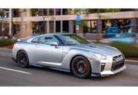 この写真はアメリカ仕様の日産GT-Rです。ふと疑問に思ったのですがなぜアメリカ仕様のGT-Rはフロントタイヤの前のウインカーがオレンジ色なのでしょうか?日本仕様はクリアでした。