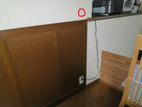 電気工事士の方に御伺いします。コンセントの増設をしたいのですが(赤印の所に)心配で質問しました。下のコンセントから赤印まで配線しようと考えていますが通線出来ると思いますか? 壁内配線を考えていますが...
