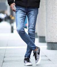 このダメージジーンズに革靴を合わせるとしたら、黒か茶色どちらが見た目的にはマッチしていると思いますか? 上の服はネイビーカラーです。  ご意見お願いします!!