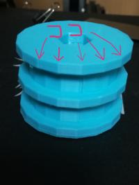 3Dプリンターの印刷物についての質問です。 現在使っている3Dプリンターで円柱(以下の写真を参考)を印刷すると円周が、カクカクとしながら円を作成したことが見受けられたのですが、パーツの交 換や、G-codeの付...