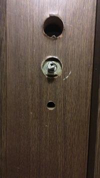 ドアノブのツメが回らなくてドアが開きません蝶番とかもありません。 ドア突き破るのは最終手段なんですがいい方法ありませんか? スパナで挟んで回してみたり叩いたりしても駄目ですm(_ _)m