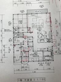 間取りについてご意見を下さい。 今、注文住宅を検討しており、添付の間取りを作成して頂きました。 この間取りについてどう思われるでしょうか? いろいろ赤色で修正していたりで、少し見に くくてすみません...