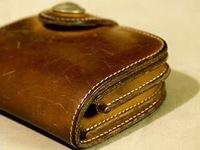 レザークラフトについて。革を買って自分で長財布を作ろうと思っています。大きければハギレでも構わないので(送料含め)出来るだけ安いものでおすすめの革、生地教えてください。  ※写真はイ メージです。