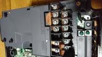 インバーターの端子について教えてください。 三菱freqrol-a700 単相200v入力で三相モーターを駆動させたいのですが、単相入力はR1 R2でよろしいでしょうか? あと圧力スイッチの配線はどこ に入力したらよい...