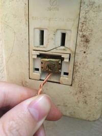 洗濯機 アースの取り付け方について 初めまして!洗濯機を買い替えて新しく設置しようとしているんですがアースの取り付け方が分からず質問させていただきました。  ネジの下に金属の板があるんですが、どこに電線を入れてネジを締めればいいか分かりません  ・ネジと板の間 ・写真の様に板の後ろ  どっちが正しいのでしょうか、 ちなみにネジと板の間は少ししか隙間がないので、板の後ろだとふんでます。(ただそ...