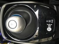 ノートe-powerで、下の画像にある「P」ボタンが走行中に間違えて押された場合、どのようになってしまうのでしょうか。 大変な事になりますか? それとも何km/h以上かでてると無効になる等の機 能があるのでしょうか。