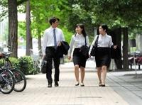 スーツをよく着る男女に質問。  例えば、車を運転する際、  このように上着は脱ぐ派?  それとも着たまま派?