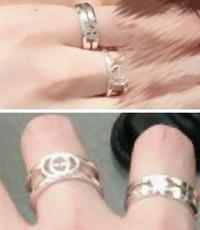 この人差し指と中指にある指輪がどこのメーカー?ブランド?の物か分かる方いらっしゃいますか? 付けてる方が男性なのでメンズ物だとは思いますが、検索しても出てこなくて、、、 似てるもの でも大丈夫です