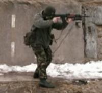 ロシア軍装備について質問させてください。  https://www.youtube.com/watch?v=T_UknYYlUPA  この動画内で射撃訓練を行っている人物(GRU隊員? )の装具、服装について教えて頂きたいです。  ①装具の詳細を...