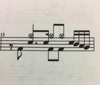 ドラムの楽譜についてです。この階段になっているところはどこを叩けばいいんですか?ちなみに使っているドラムはタムタムが2つしかありませんでした
