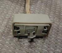 古い照明器具側の引っ掛けシーリングの中央部分に出っ張りがあります。通常の引っ掛けシーリングに使用したいのですが、何かアダプターのようなものはあるのでしょうか?