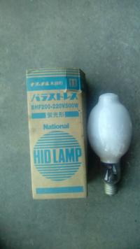 工場の照明電球ですが、単相200ボルトの水銀電球が付いております。 これより、消費電流が下がる物を教えてください。   どうぞ、よろしくお願いします。