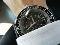 MARATHONという軍用時計ですが、仕事でスーツをいつも着ていますがこの時計では変でしょうか?